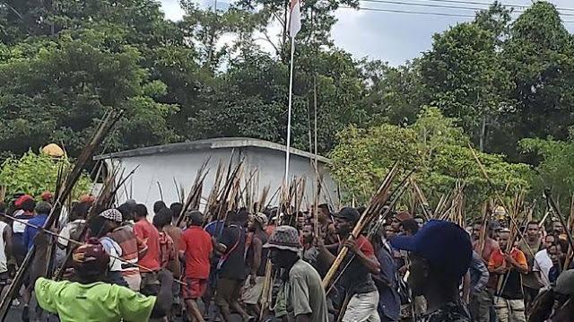 Waduh! Pantat Polisi Terkena Panah Saat Ricuh Rapat Pleno KPU di Papua