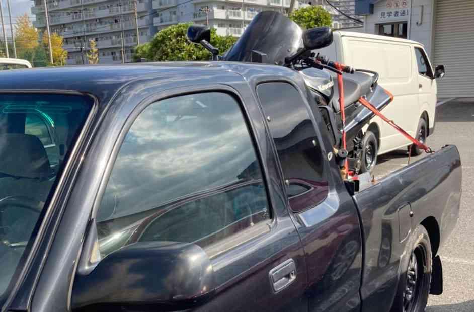 トラックに載っているバイク