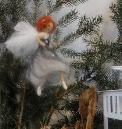 zawieszka na choinkę czarny anioł z wełny czesankowej