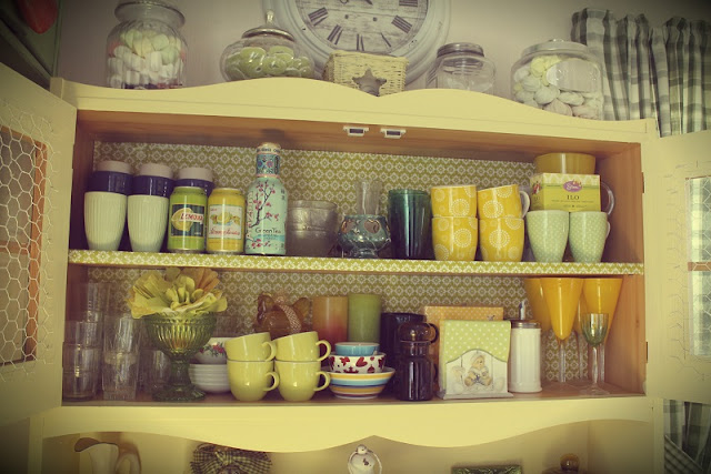 astiakaappi, astiat, lahjapaperi, mukit, lasit, kulhot