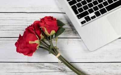 Ramo de rosas y ordenador