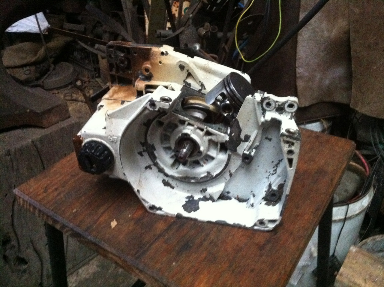 This is a typical metal chassis from a Stihl professional saw (in this case  a Stihl 024), viewed from the flywheel side (see tapered crankshaft with  keyway) ...