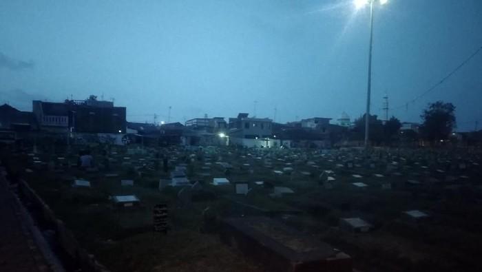 Viral Warga Ramai Nongkrong di TPU Prumpung Jaktim, Makam Diduduki-Diinjak