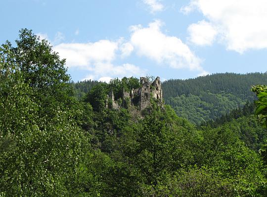 Starý hrad widziany przed wejściem do doliny Hradskiego Potoku.