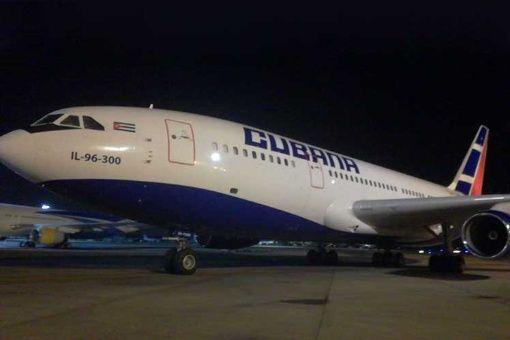 Argentina recibe el primer vuelo humanitario desde Cuba