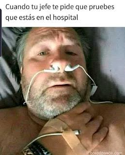 Persona haciendose el enfermo para no trabajar con auriculares puesto en la nariz