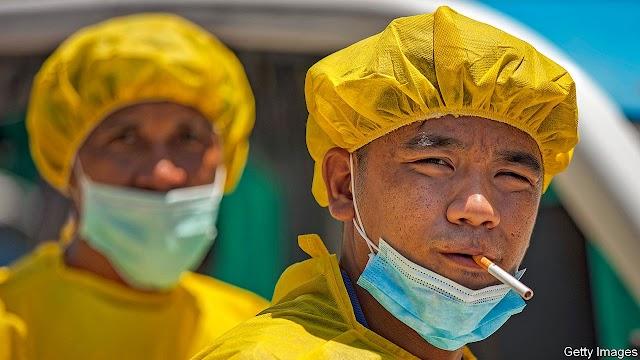 The Economist | Οι καπνιστές φαίνεται λιγότερο πιθανό να αρρωστήσουν με covid-19 από τους μη καπνιστές