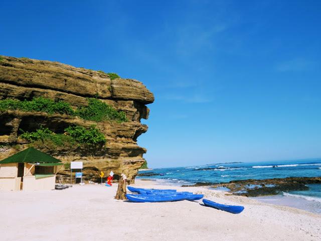 Ở Hang Câu, du khách có thể tham gia hoạt động ngắm san hô, tắm biển, teambuilding hoặc chèo tuyền kayak