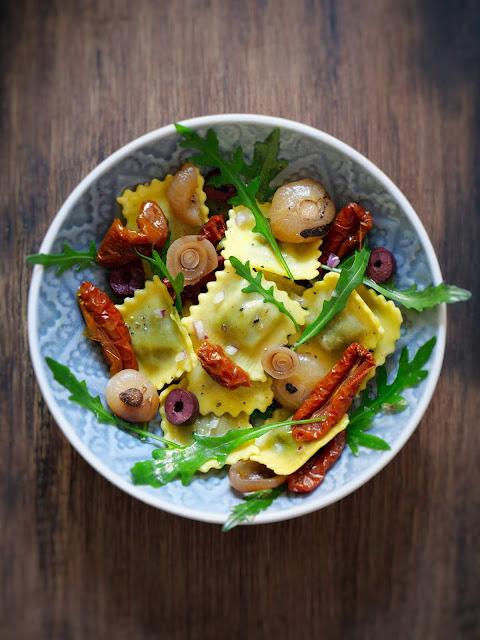 Ravioli-Salat und Salsiccia im Weißweinsud.