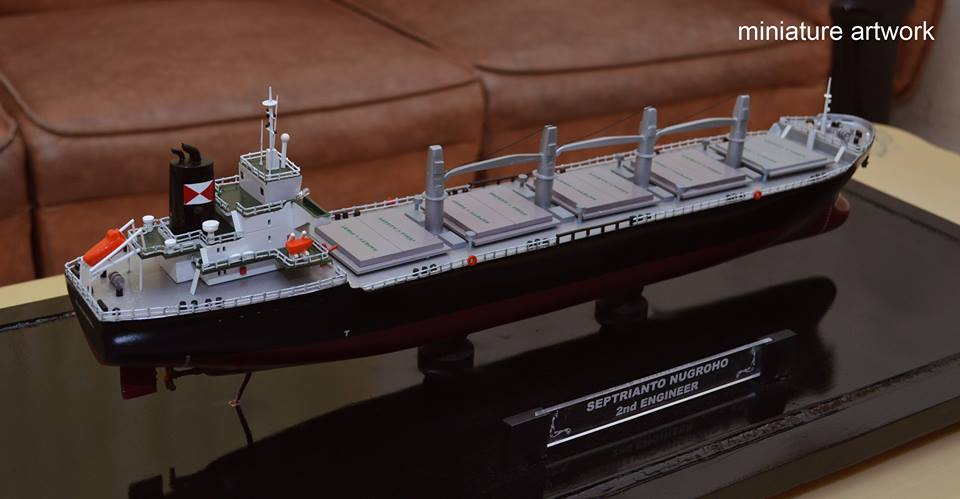foto gambar miniatur kapal general cargo bulk carrier mv intan baruna terbaru surabaya