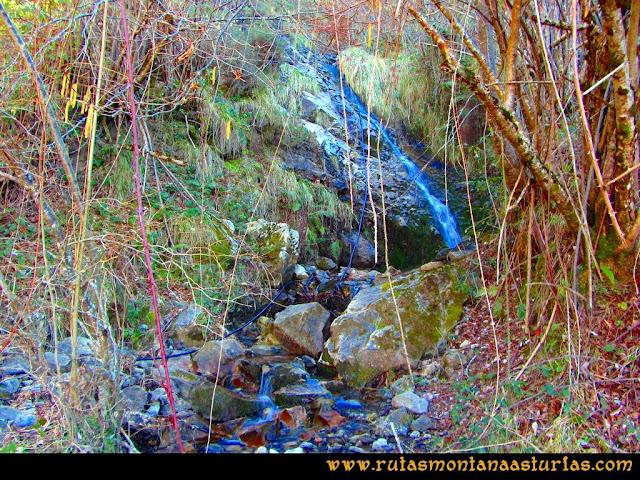 Ruta Requexón Valdunes, la Senda: Cruzando arroyo proveniente de la cascada