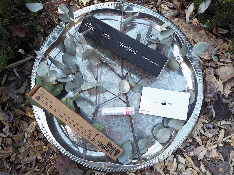 Gewinnpaket bestehend aus Lily Lolo Contour Duo, inika Vegan Contouring Angle Brush, Hydrophil Bambuszahnbürste + Amazingy Lip Balm
