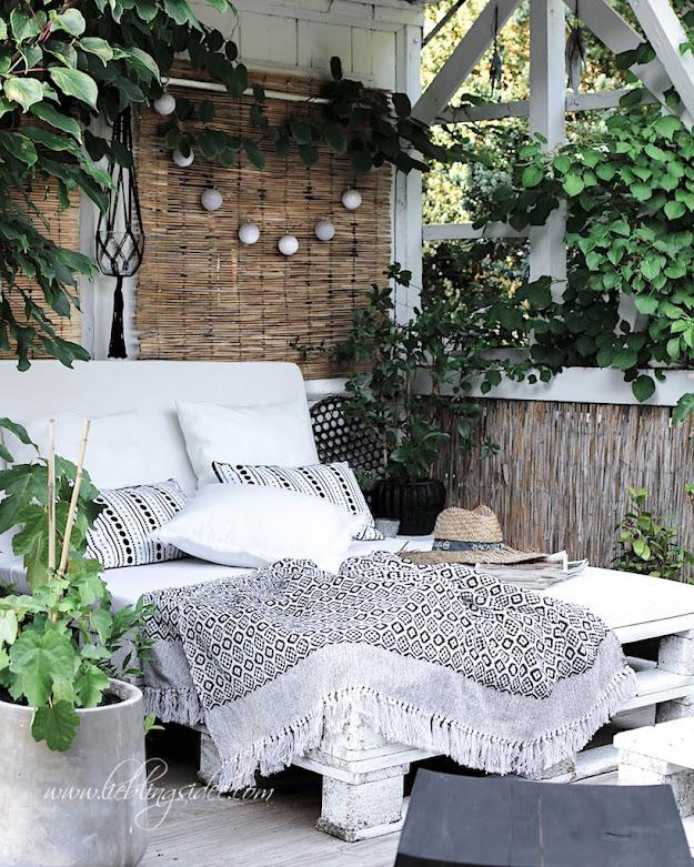 Outdoorsofa Palettensofa Garten Chillecke Decke Plaid schwartz weiss boho DIY Lieblingsidee