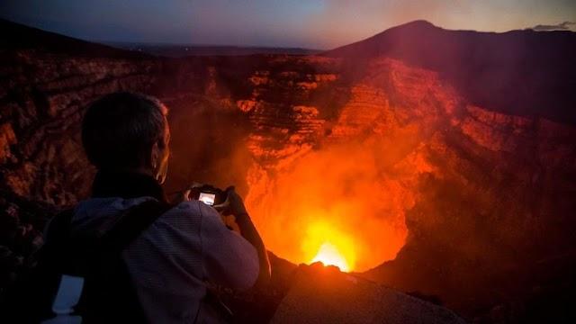 Daredevil Nik Wallenda walks tightrope across lively volcano