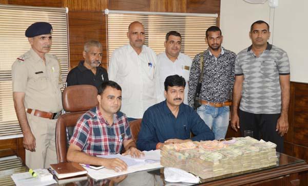 क्राइम ब्रांच के प्रभारी रविंदर ने करीब 19 लाख रुपए नकद व 25 किलो गांजा सहित एक आरोपी को किया गिरफ्तार