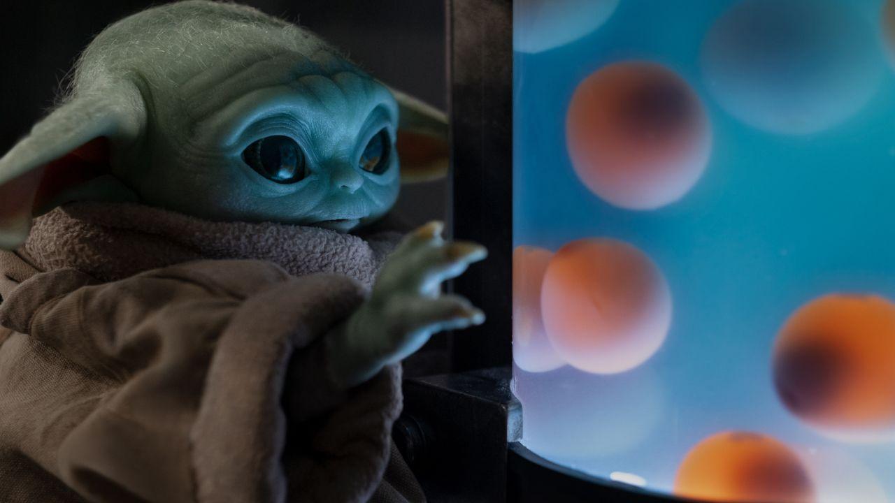 Baby Yoda se come los huevos de Lady Frog