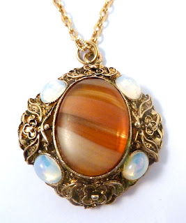 https://www.kcavintagegems.uk/vintage-faux-agate-and-moonstone-necklace-by-hollywood-7354-p.asp