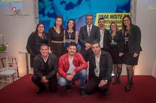 Colaboradores da ACIAR com a gerente Valda Arruda, o presidente Daniel Muniz de Paulo e o humorista Edson Junior (agachado, de jaqueta vermelha)