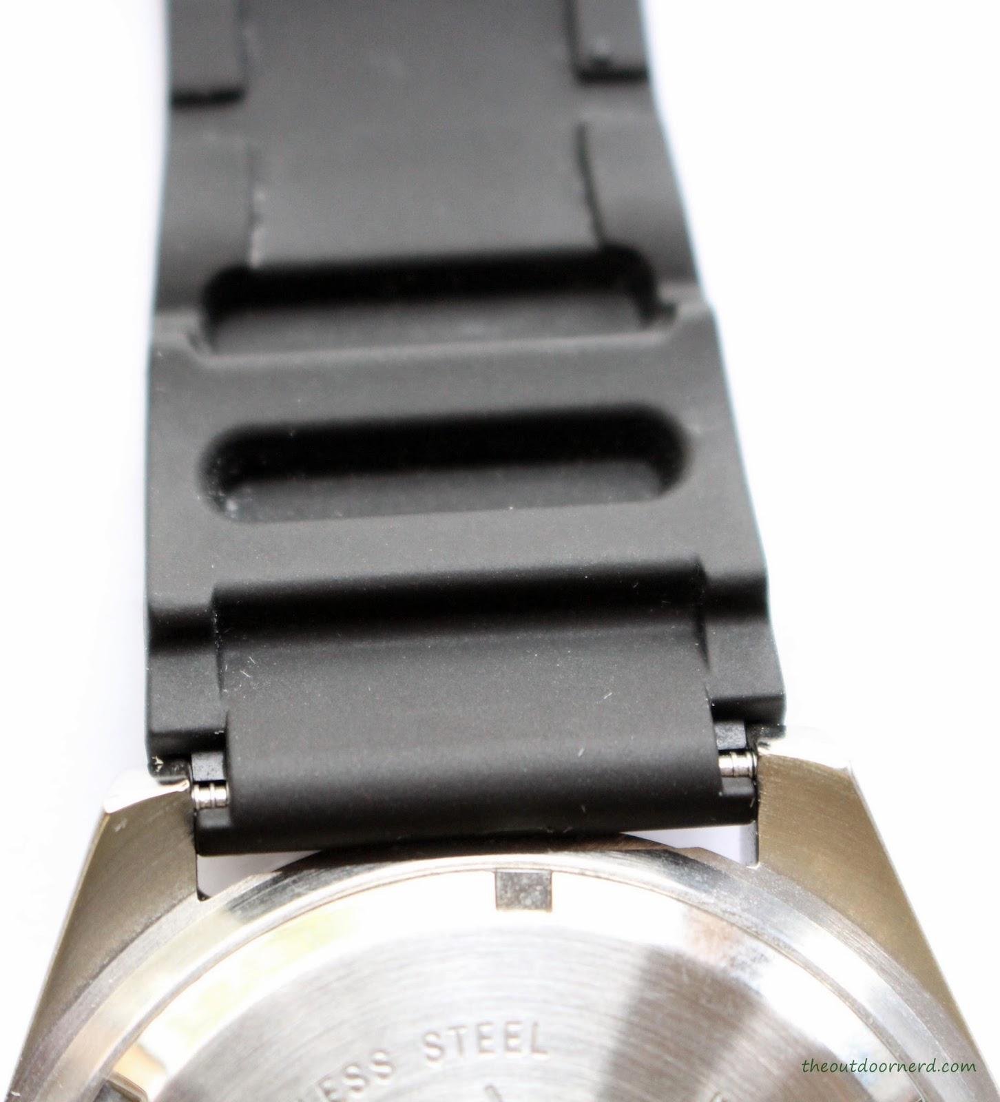Casio MDV106-1A Diver's Watch: Closeup of Band 2