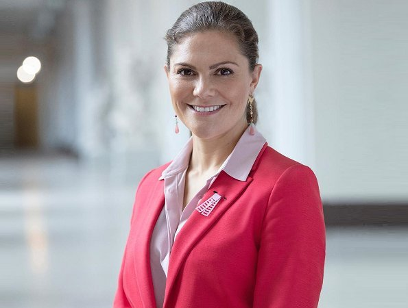 Crown Princess Victoria wore Lexington Company Frida Blazer and Trousers and a pink silk blouse, a pink ruby earrings at Pink Ribbon 2018 meeting