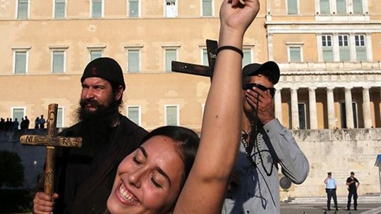 Προσήχθη ο πάτερ Κλεομένης για τη διαμαρτυρία του στο Athens Pride !