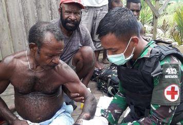 Peduli Kesehatan Masyarakat, Satgas Yonif  413, Bremoro Datangi Rumah Warga Periksa Kesehatan