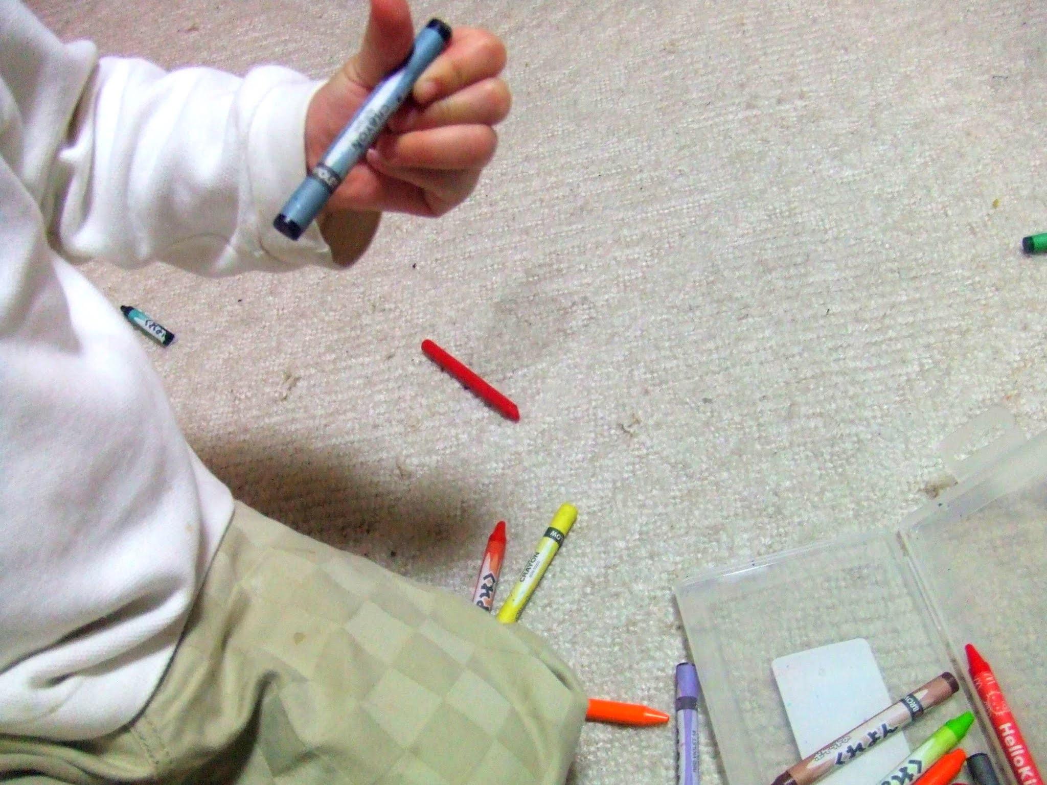 クレヨンを持つ小さな子供の写真素材。