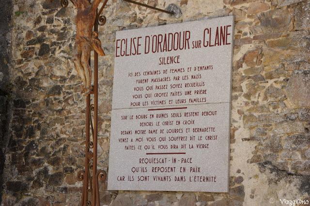 Targa commemorativa sul muro della Chiesa di Oradour sur Glane