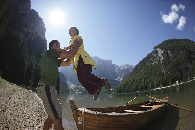 Gönnen Sie sich eine schöne Bootsfahrt im Pragser Wildsee...