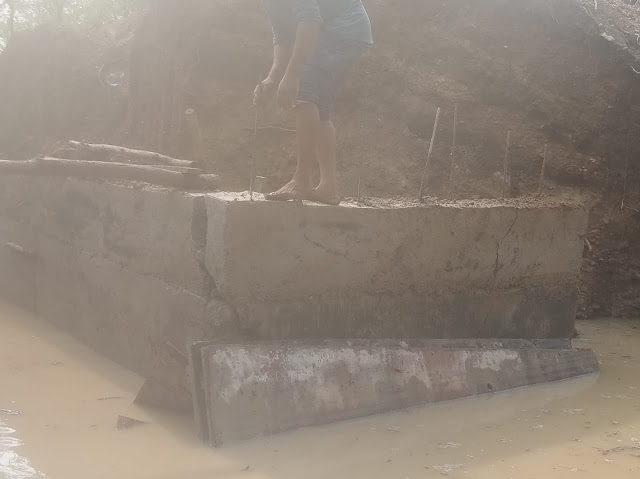 चारगाव येथील पुलाची भिंत पहिल्याच पावसात खचली