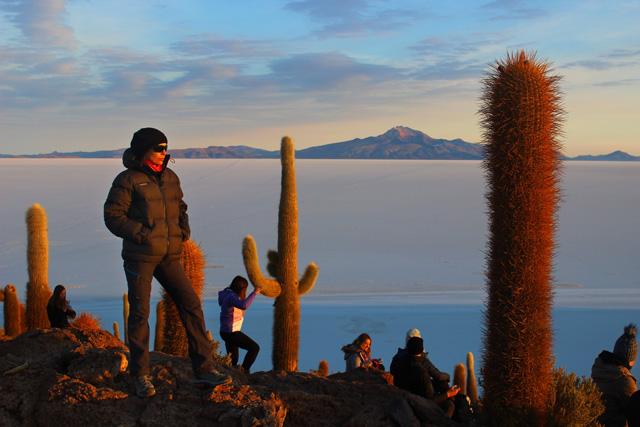 Al fondo, el volcán Thunupa, que también da nombre al salar