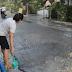 Dampak Jalan Rusak, Warga Sampung Sirami Jalan untuk Cegah Debu