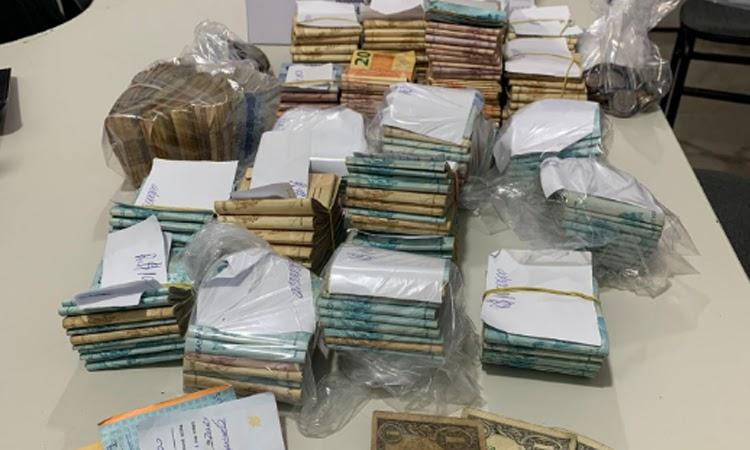 R$ 200 mil apreendidos e 61 pessoas detidas em rinha de galos no Sudoeste da Bahia