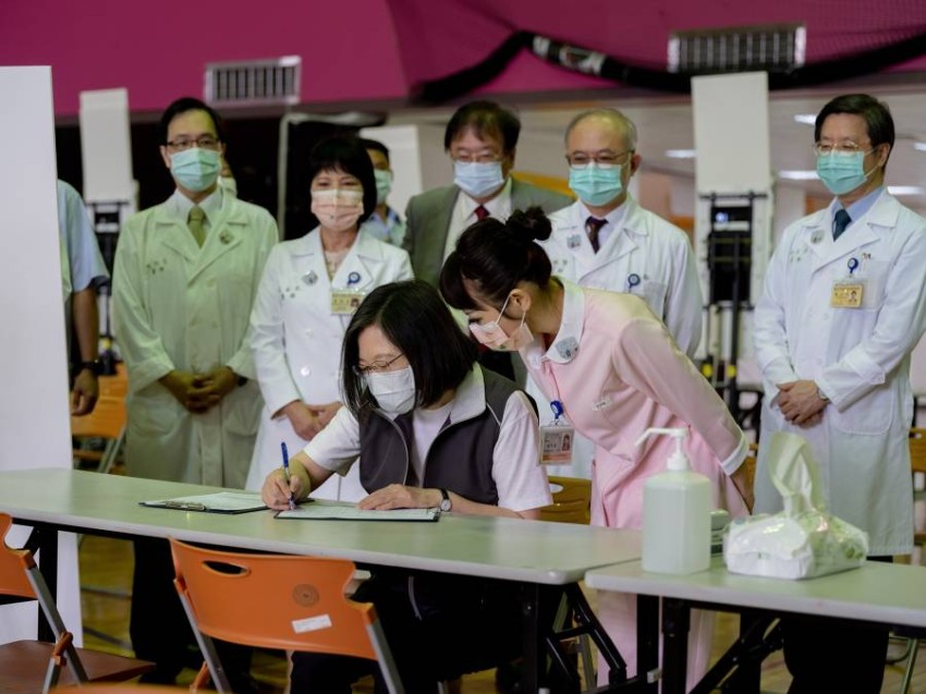 """Tsai Ing-wen, President of Taiwan, receives the first dose of the homemade """"Medijn-Covid"""" vaccine Today, Monday, Taiwan President Tsai Ing-wen received the first dose of a homemade anti-Covid-19 vaccine, which also became available to citizens on the same day."""