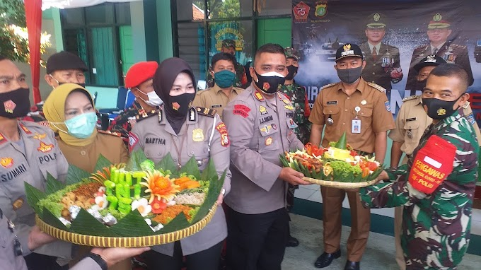 HUT Ke-75 TNI, Tiga Pilar Hadiahi Tumpeng Buat Koramil Sukmajaya