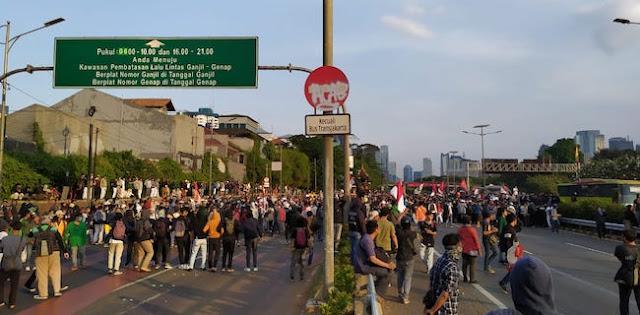 Demo Anak STM dan Mahasiswa di Slipi Mulai Rusuh, Gas Air Mata Ditembak