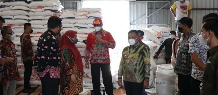 Pastikan Ketahanan Pangan Selama Pandemi, Nanang Cek Gudang Bulog di Sragi
