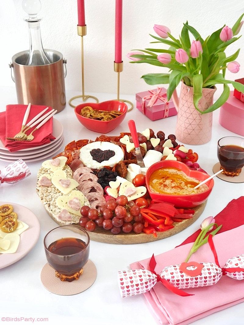Plateau de fromages et de charcuteries pour la Saint-Valentin - planche de fromage  jolie et délicieuse remplie d'aliments roses et rouges! @BirdsParty #stvalentin #plateaufromage