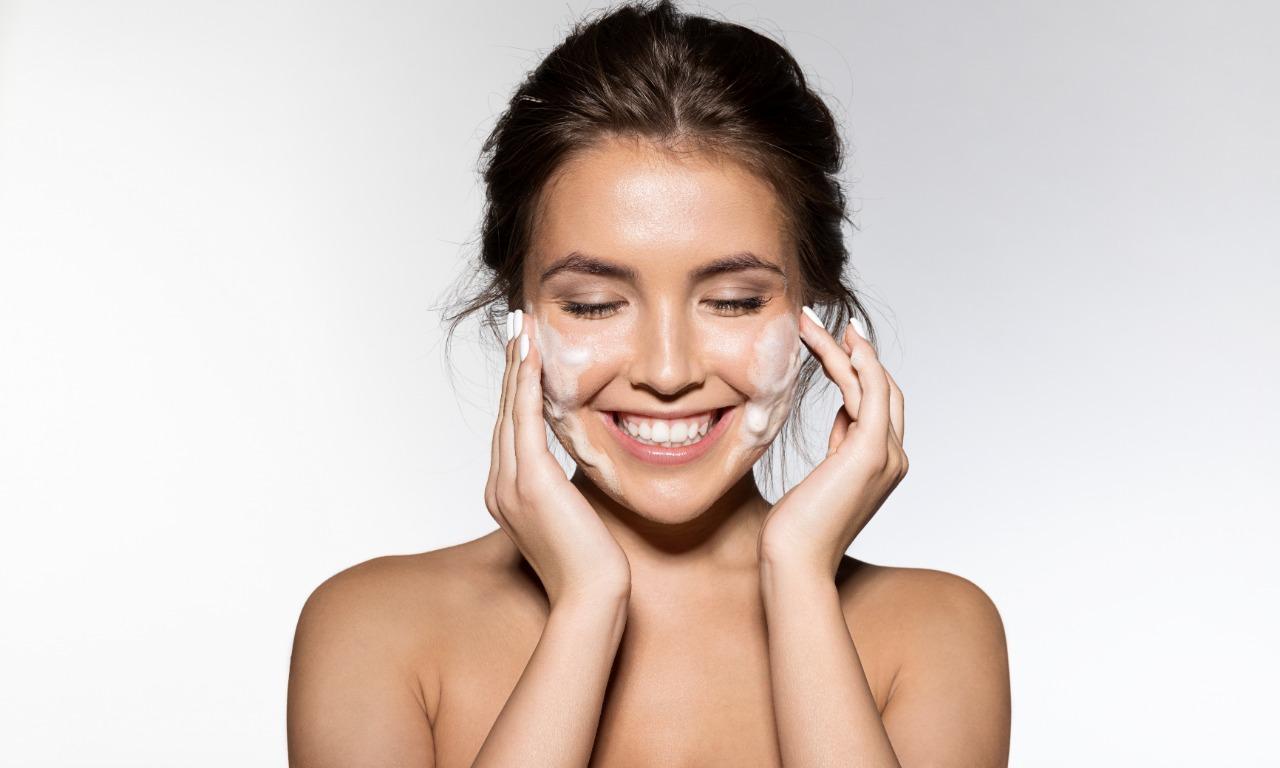 Maquiador explica o passo a passo ideal da preparação de pele antes da maquiagem