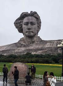 Maior monumento a Mao ficou pequeno diante da igreja. Changsha, na ilha Tangerina sobre o rio Xiang.