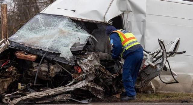 Frontális karambol a 6-oson: két fiatal halt meg a balesetben