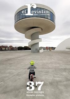 fotografía de un niño pequeño en bicicleta mirando a la torre mirador del niemeyer
