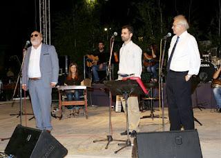 Ο Π. Κουρουμπλής στη σκηνή μιλάει μαζί με τον Δ. Κωνσταντάρα και τον Β. Αυγουλά