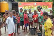 Prajurit TNI Ajari Anak-Anak Kampung Epem Sikat Gigi