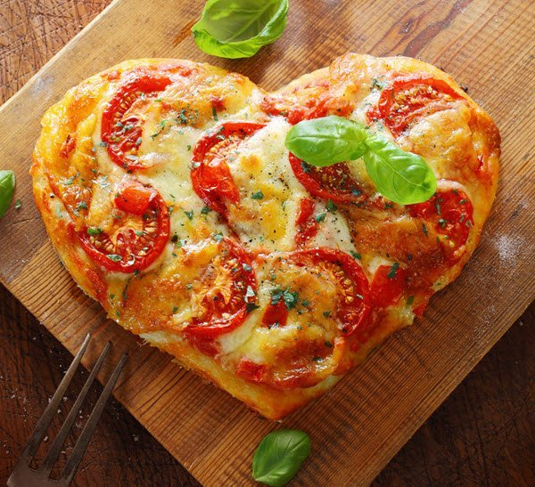 البيتزا على شكل قلب لعشاء رومانسي في عيد الحب