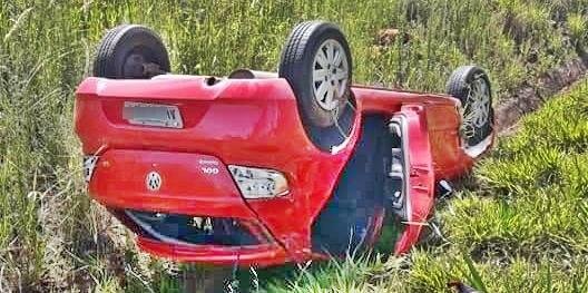 Motorista perde controle e capota carro próximo ao trevo de acesso à Cândido de Abreu
