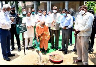 चंदन का पौधा रोपित कर योगी ने विश्व पर्यावरण दिवस के अवसर पर आयोजित कार्यक्रम को किया सम्बोधित