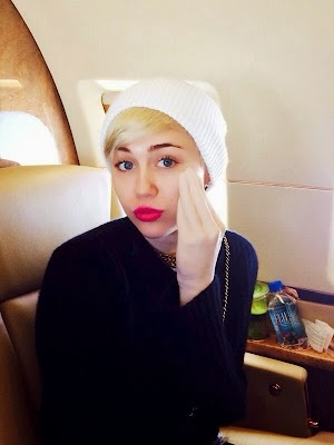 Miley Cyrus shows off her hand dildo (photos)