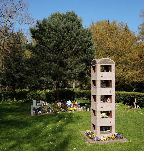 Wo man sein Sternenkind begraben kann: Der Urnenfriedhof Kiel. In der Skulptur aus Granit können Andenken abgelegt werden.