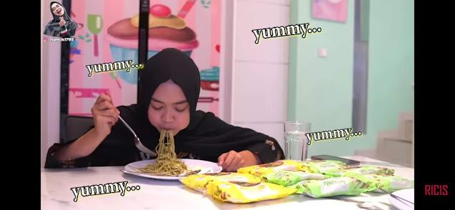 ria ricis makan mi lemonilo
